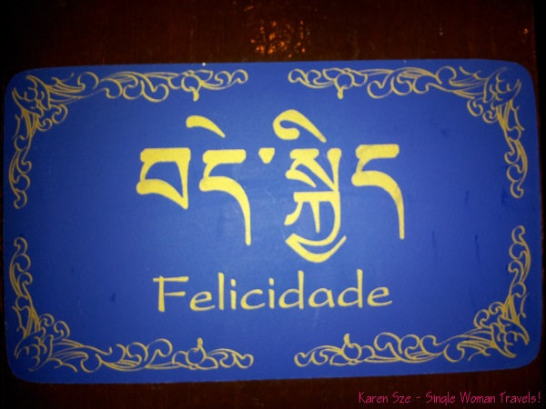 Happiness written in Portuguese and Tibetan